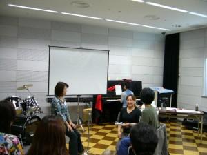 参加者の方がクライアントになって、音楽療法のセッションで何が重要なのかを体感。