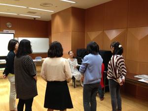 「障がい児の音楽療法2」でピアノを使って模擬セッション